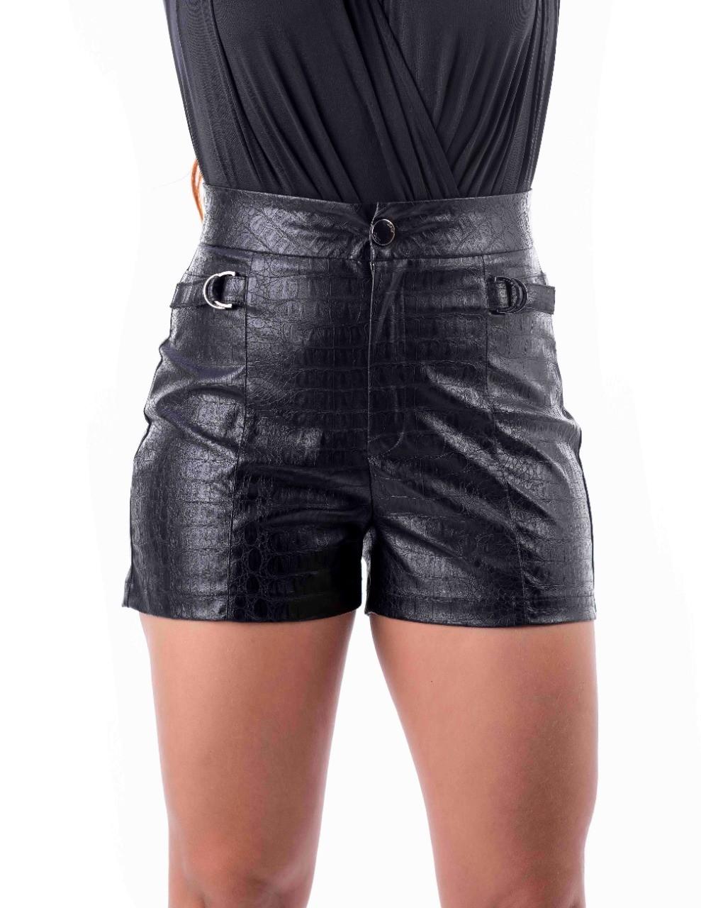Shorts com detalhe de metal