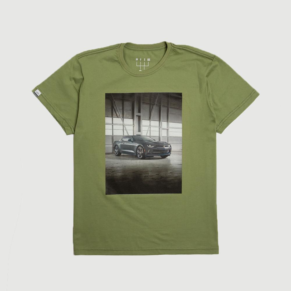 Camiseta Masc. DTG Chevrolet Camaro Hangar - Verde Oliva