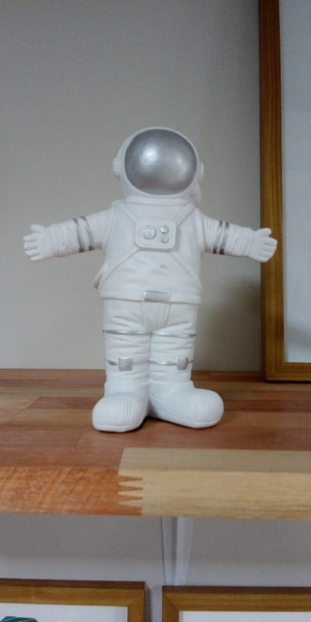 Astronauta branco com prata ceramica