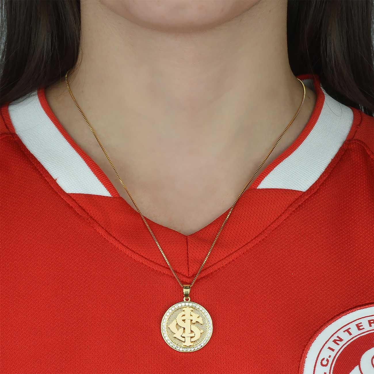 Colar Feminino Folheado Ouro 18k  Pingente Zircônia Brasão Internacional