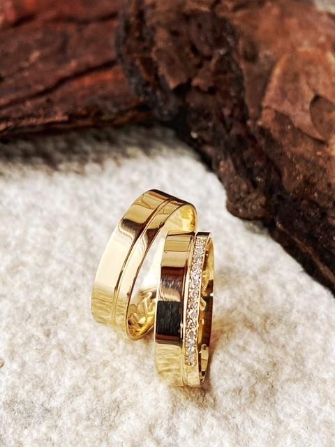 Par de Alianças de Ouro 18K modelo Diana de 5 mm com meia volta de brilhantes e 7g