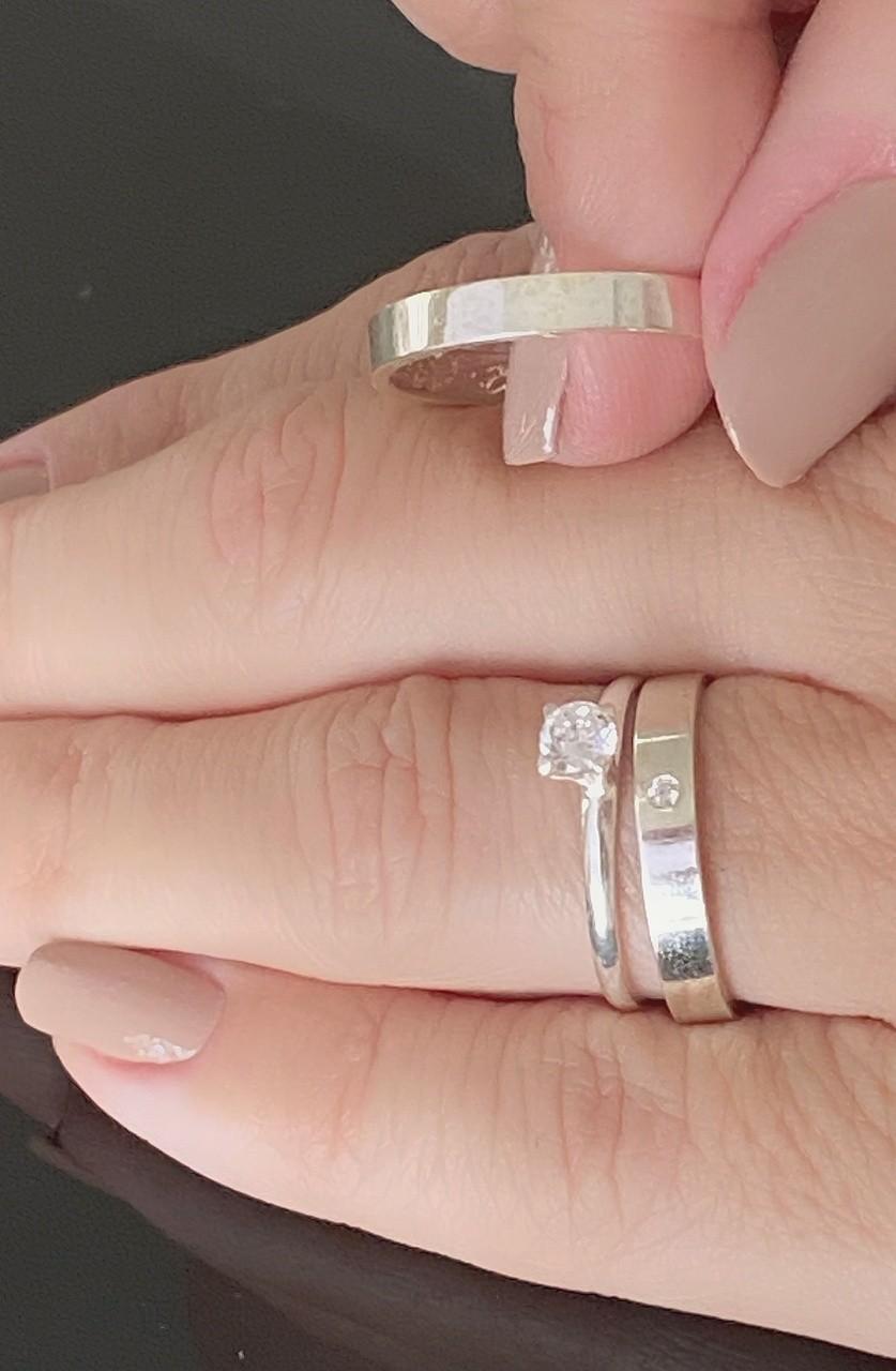 Par de Alianças de Prata Lisa de 2.5 mm lisas, 1 Pedra na feminina e um Solitario