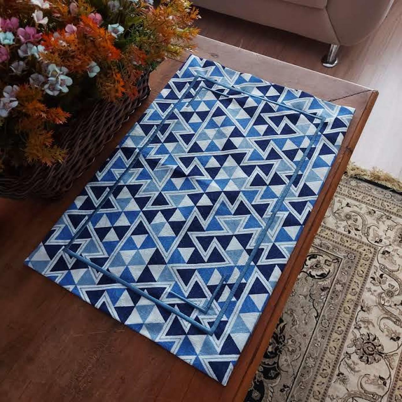 Jogo Americano Canto Mitrado Azul Geométrico Bordado - (1 Lugar)