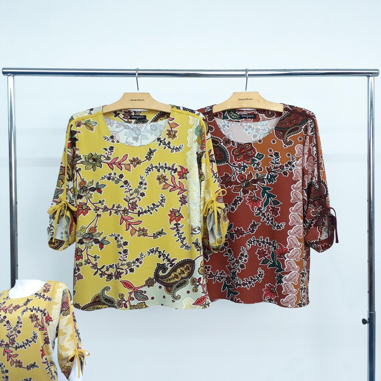blusa estampada detalhes nas mangas