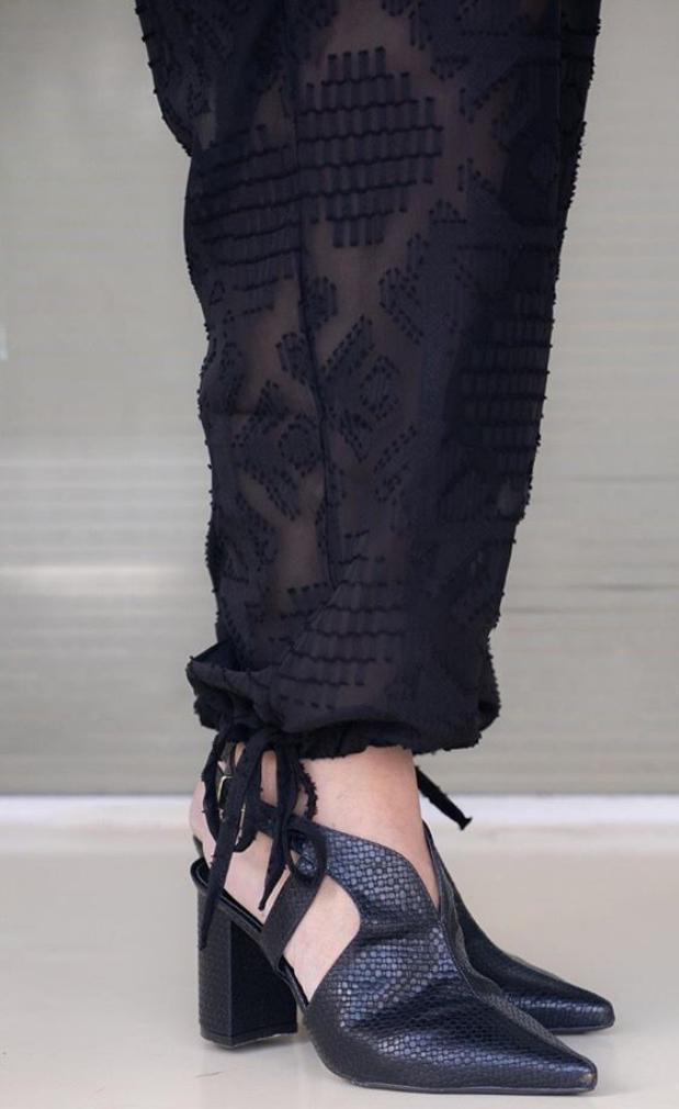 Macacão divino com decote V, lastex na manga e detalhe de amarracao no calcanhar