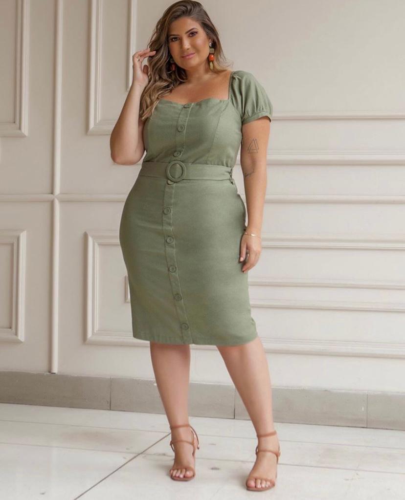 vestido plus size com botão fake e cinto