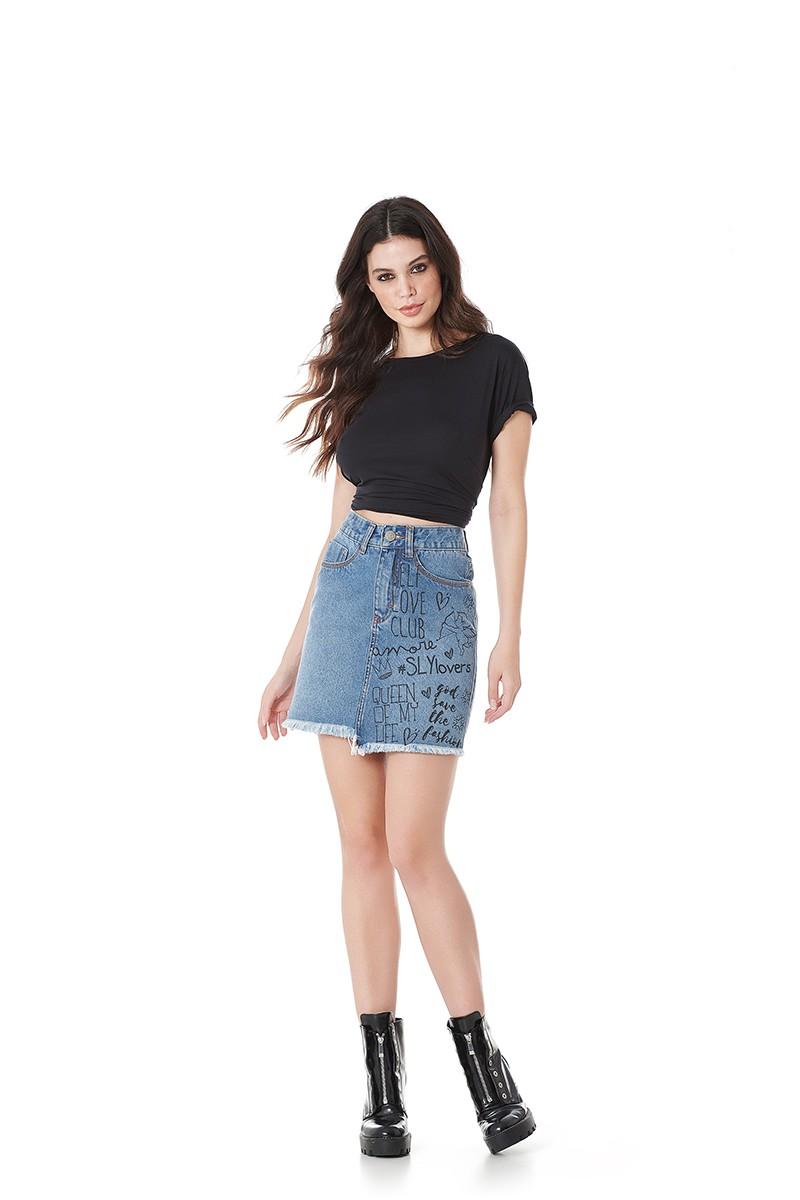 Saia jeans midi com fendas laterais.