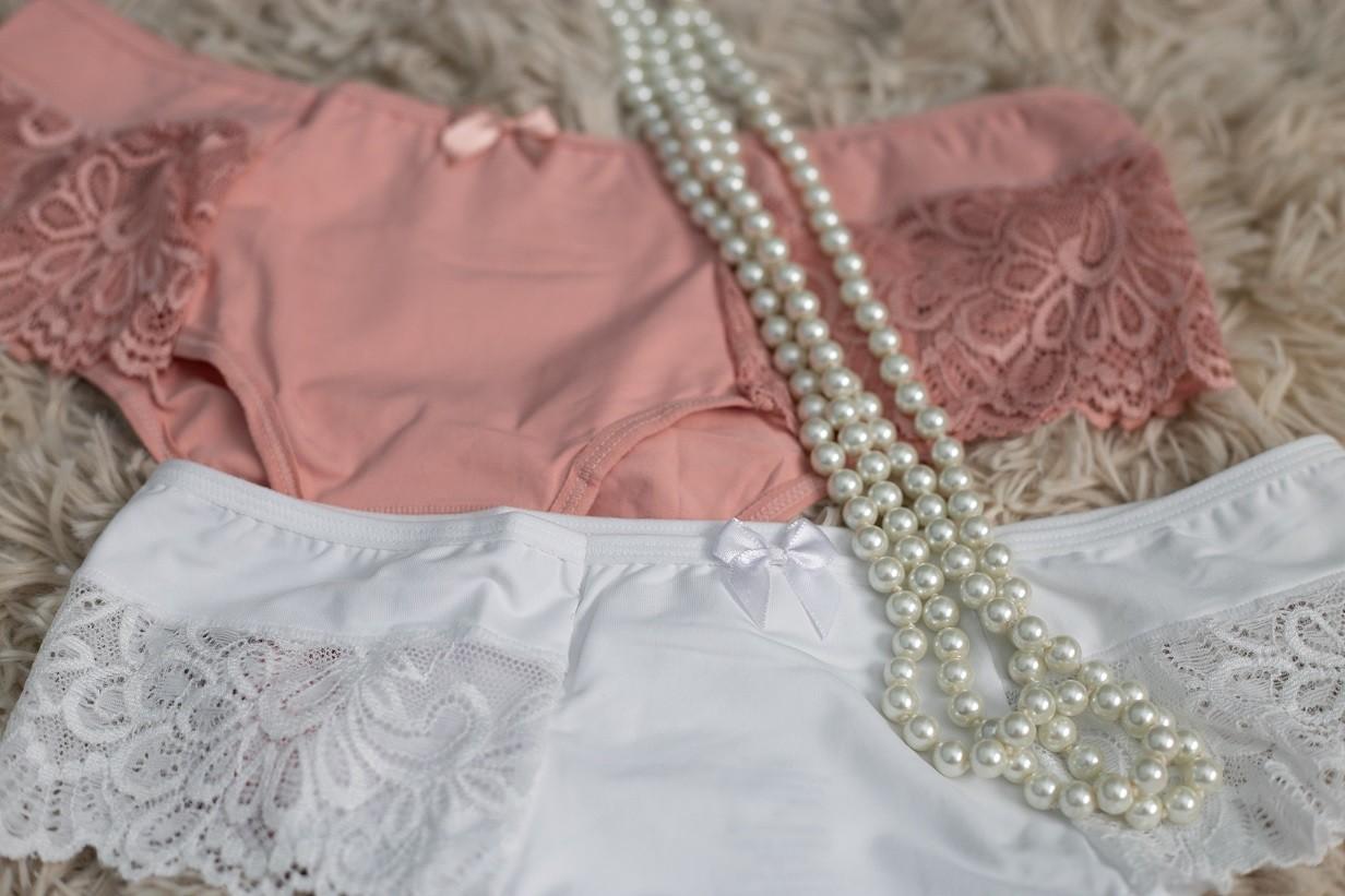 Calcinha cintura alta com renda tipo babado