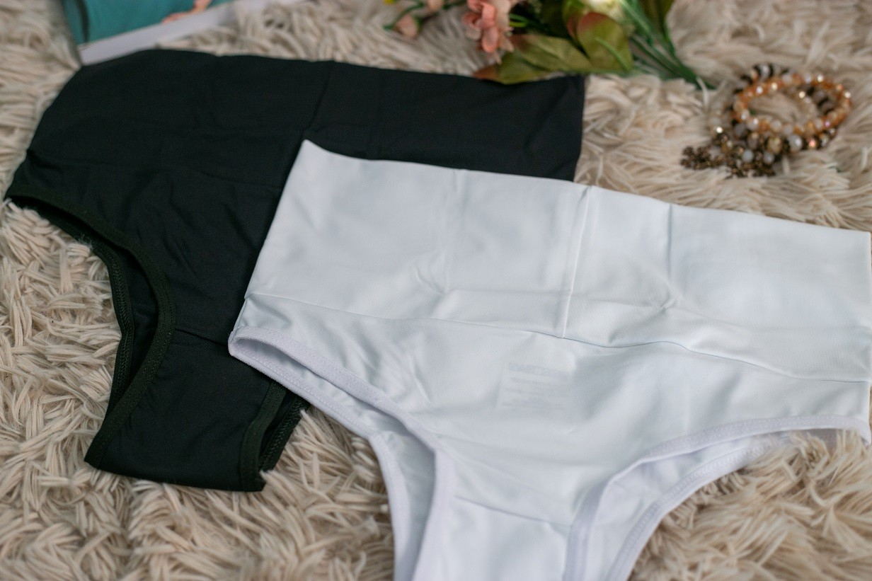 Calcinha clássica com cintura alta - Preta e branca