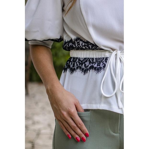 Blusa com Detalhe de Renda Chantilly