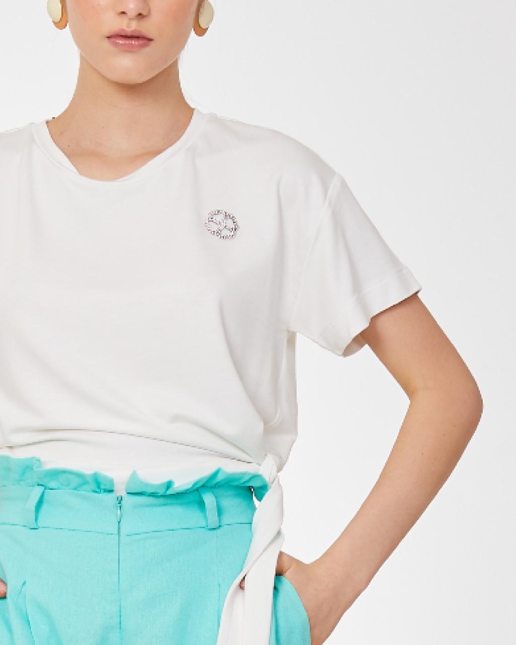 T-Shirt com Amarração e Detalhe em Strass