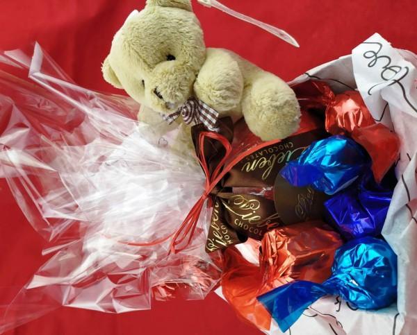 Cesta de Chocolates Sortidos com pelúcia fofinha