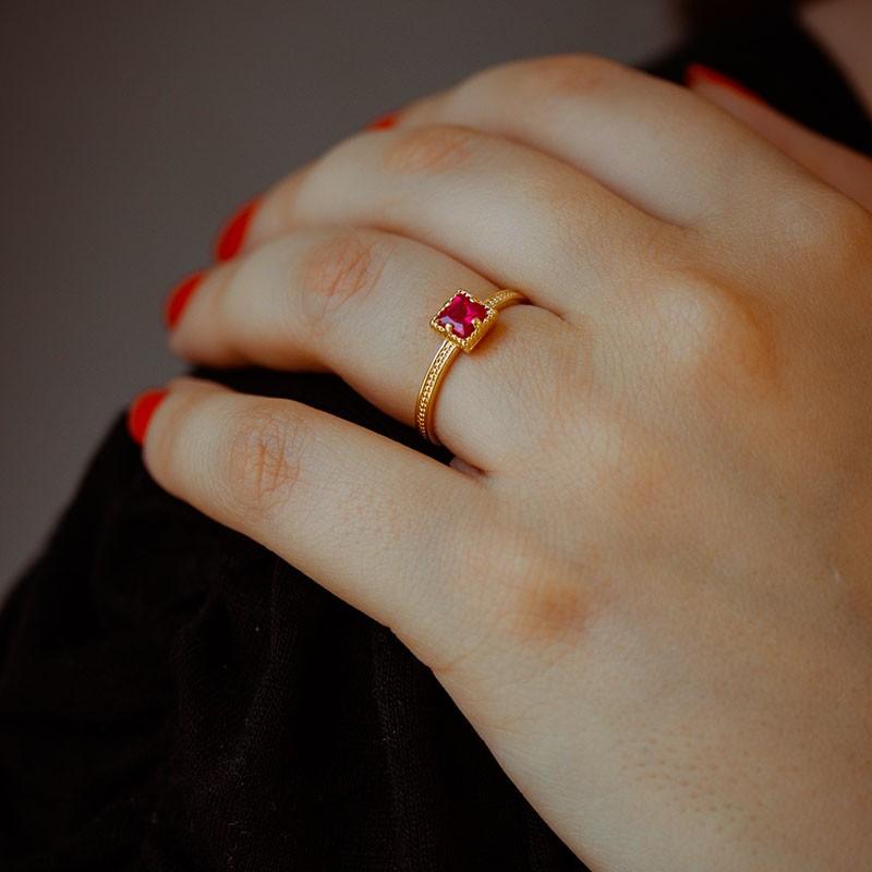 Anel com Pedra vermelha quadrado banhado a ouro 18k feminino