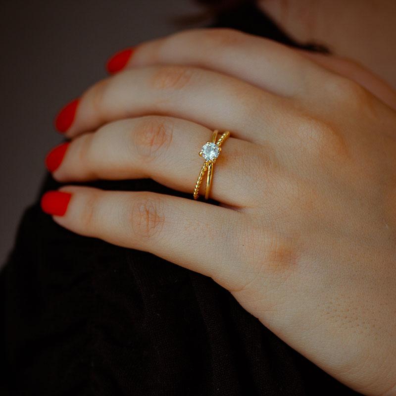 Anel solitário com detalhe de bolinhas banhado à ouro 18k feminino