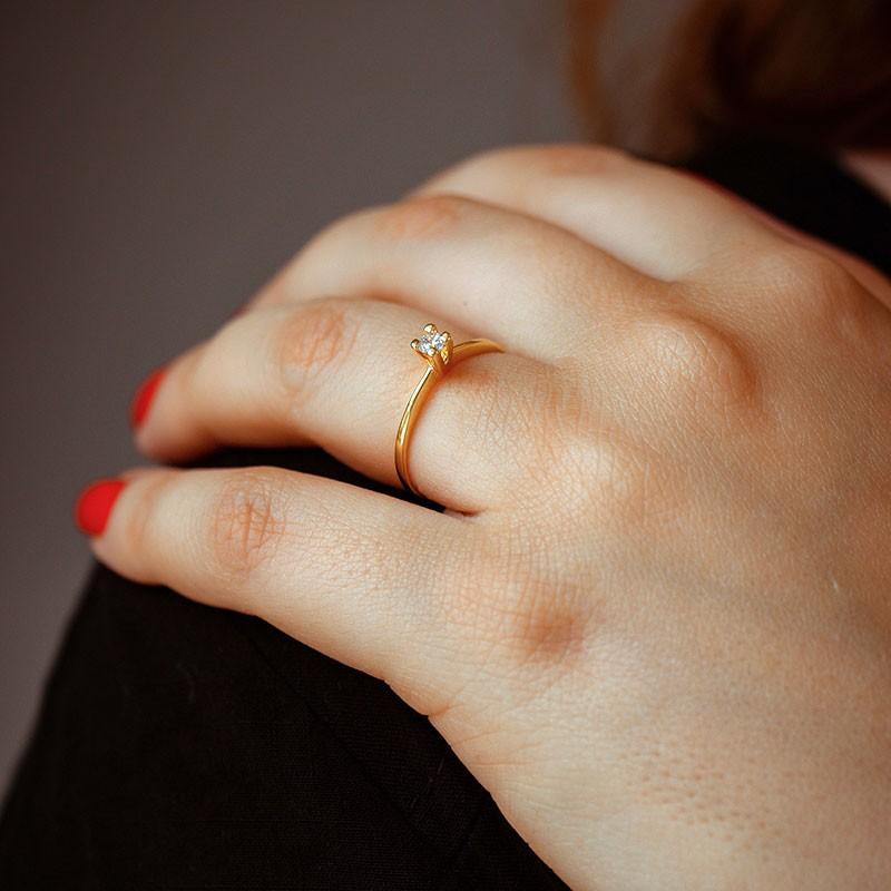 Anel solitário fino com pedra pequena banhado a ouro 18k feminino