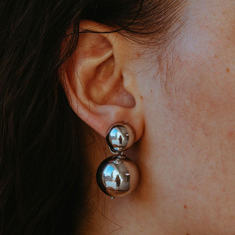 Brinco de bolas prateadas médio banhado a prata feminino