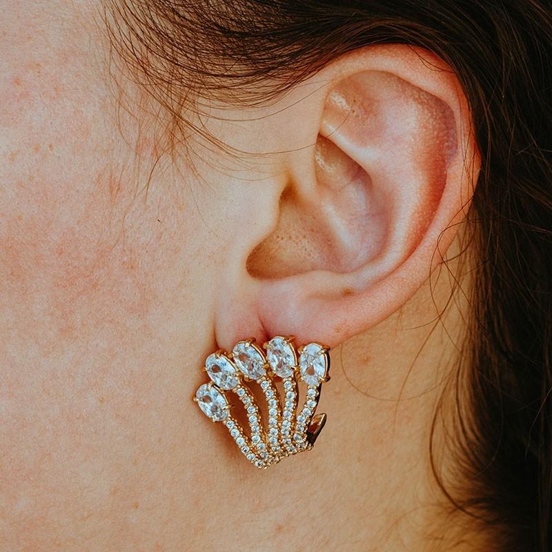 Brinco earhook com pedras cravejadas banhado a ouro 18k feminino