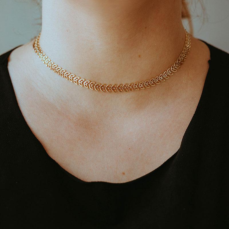 Choker de folhinhas banhada a ouro 18k feminina