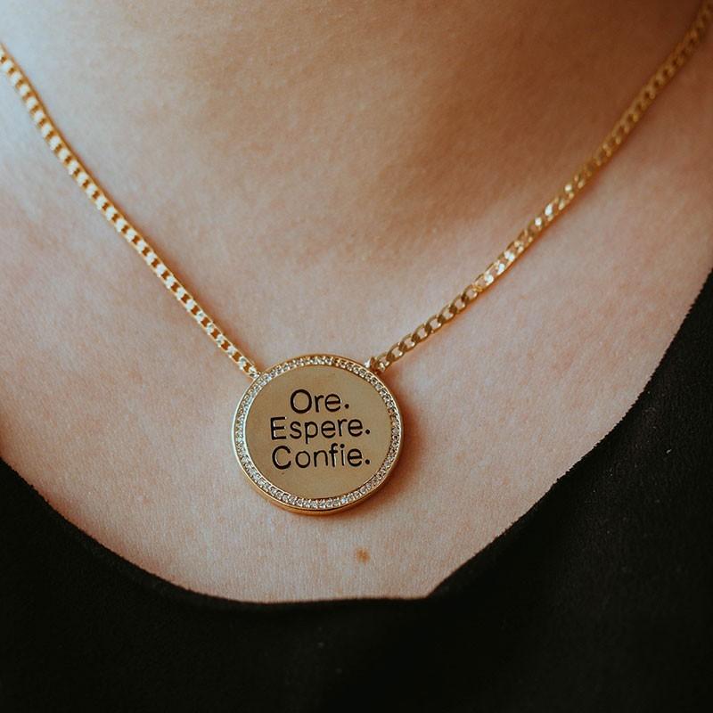 Colar ore, espere e confie banhado a ouro 18k feminino