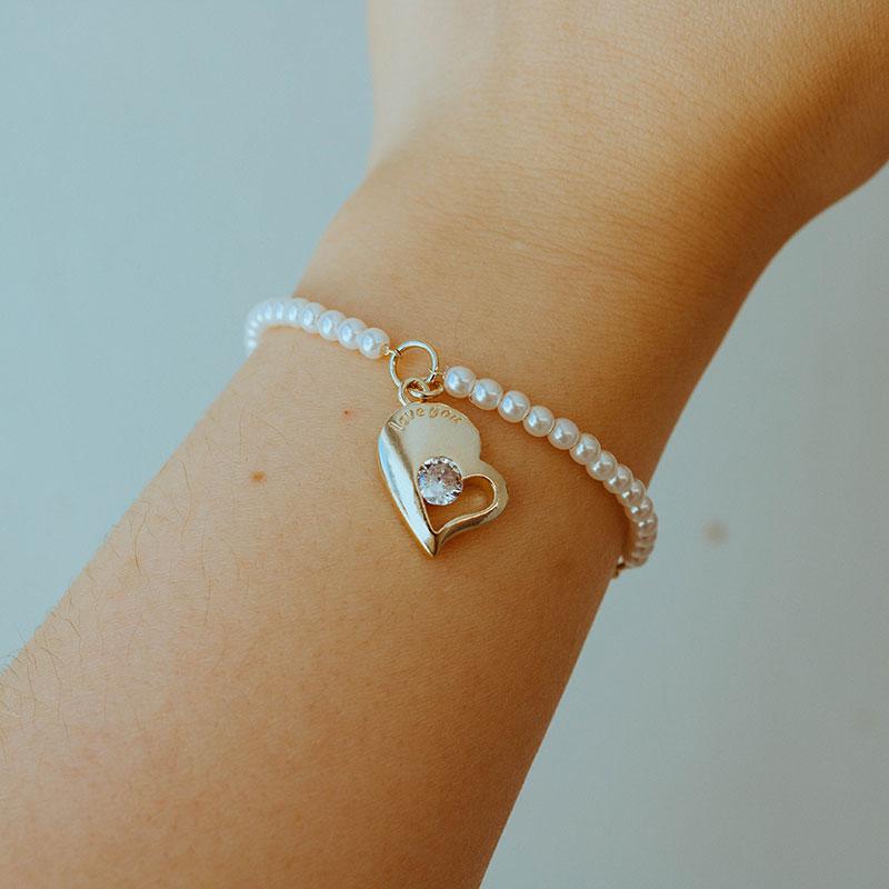 Pulseira de pérolas com pingente de coração banhada a ouro 18k feminina