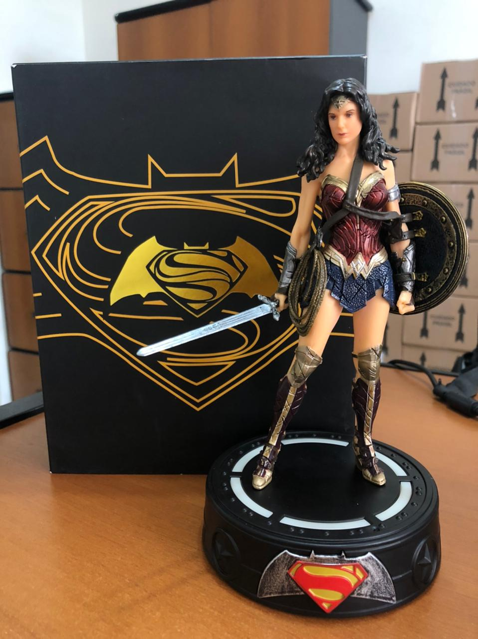 Action Figure Mulher Maravilha Dawn of Justice Base C/ Led