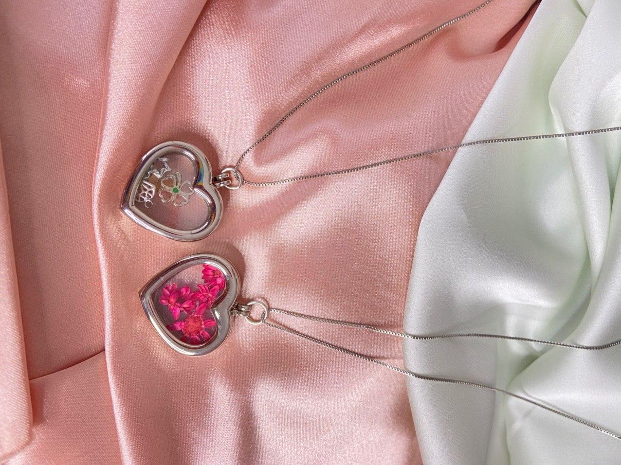 Pingente de cápsula de coração com flores rosa