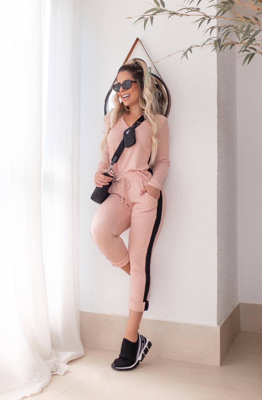 Conjunto Feminino de calça e blusa de manga longa em malha canelada