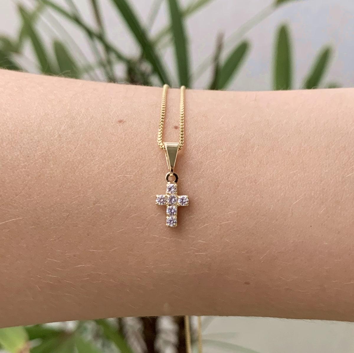 Colar Crucifixo Cravejado Banhado a Ouro