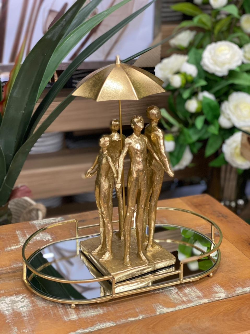 Figura Decorativa Resina Dourada 18x14x32cm