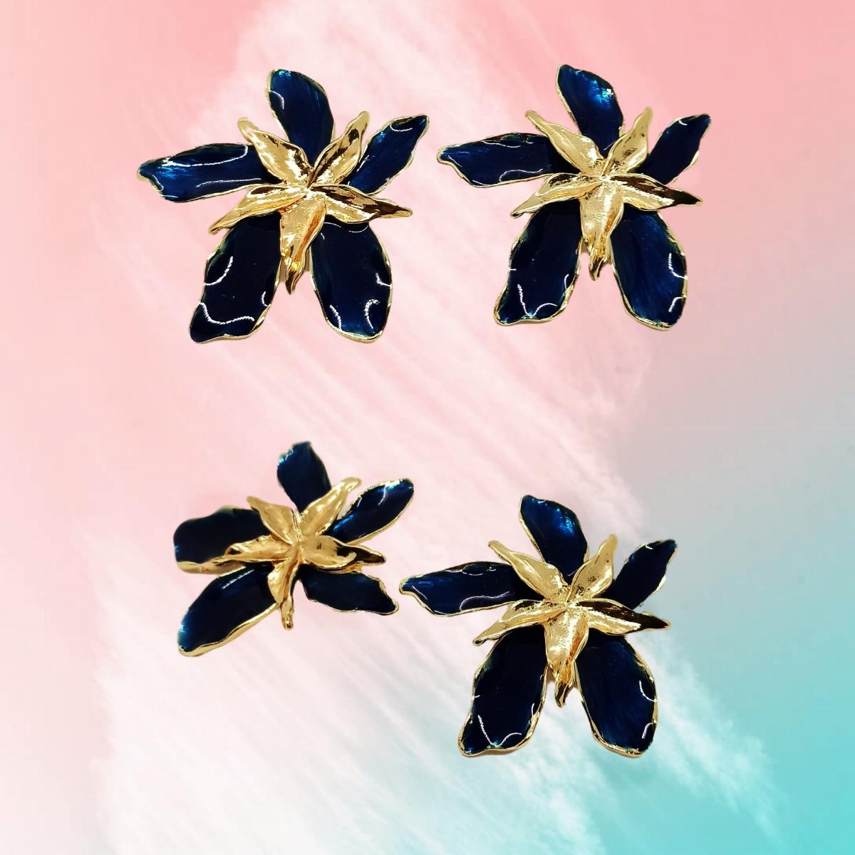Brinco Orquídea Esmaltada Azul, Moderno, Folheado a Ouro 18k.