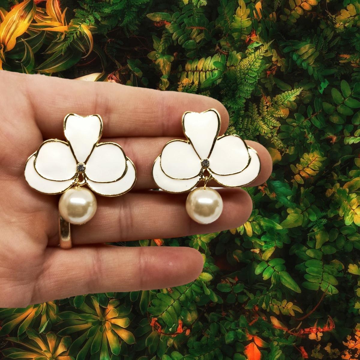 Brinco Orquídea Esmaltada Branca com Pérola, Folheado a Ouro 18k.
