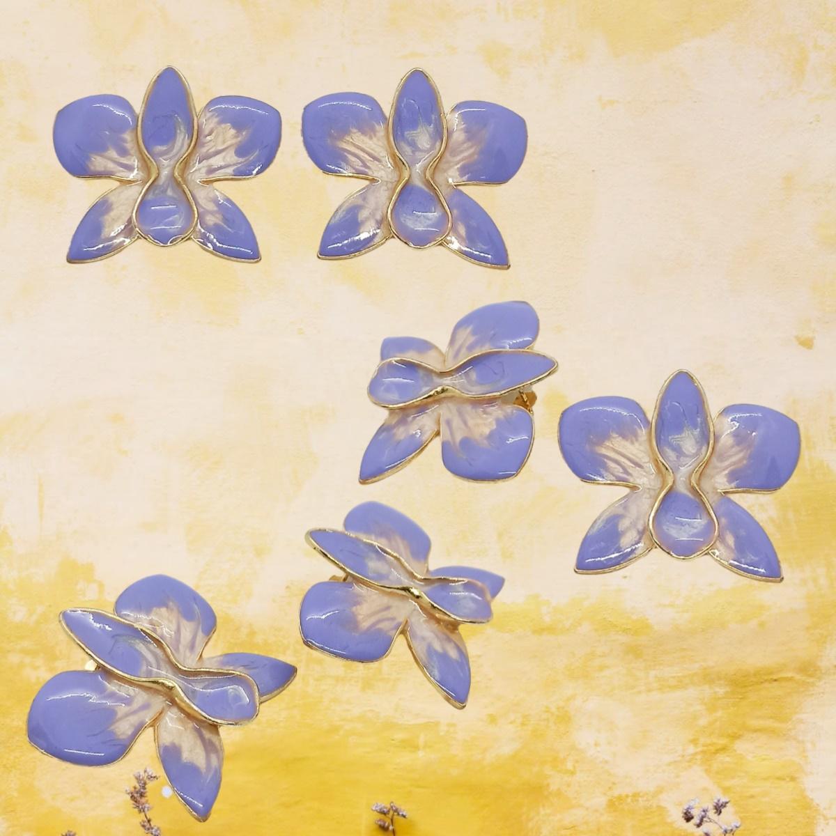 Brinco Orquídea Esmaltada, Moderno, Colorido, Folheado a Ouro 18k.
