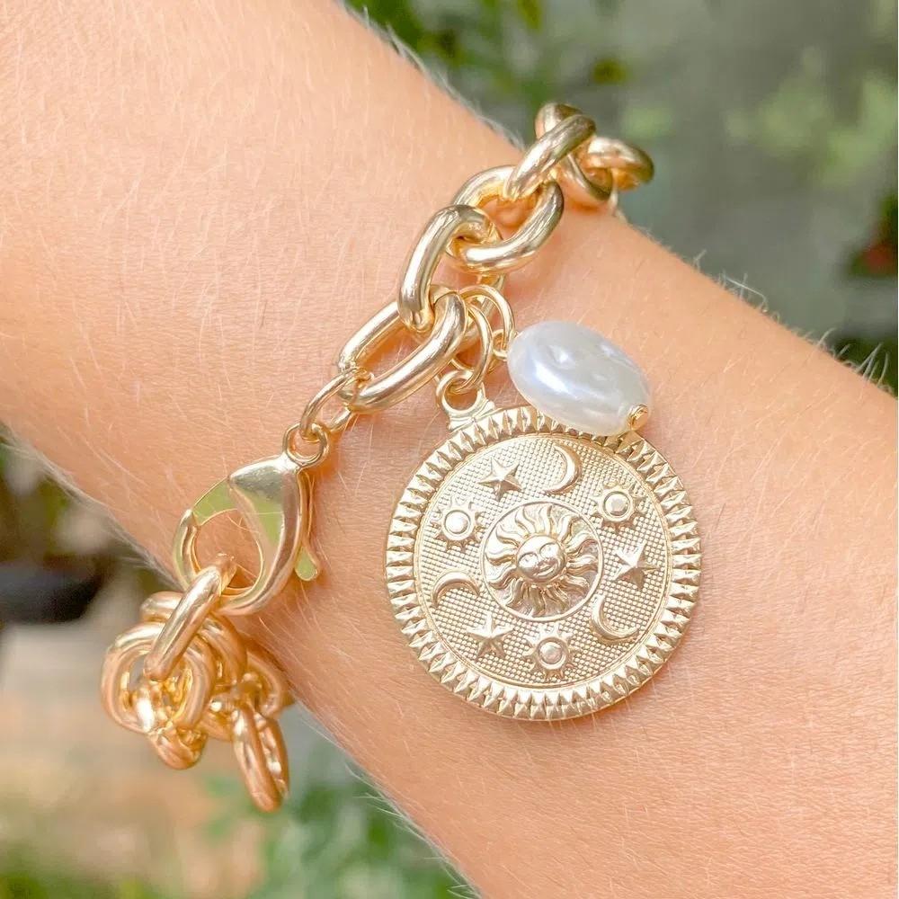 Pulseira Correntaria Medalhão Sol Pérola Banho de Ouro 18K - 22 cm