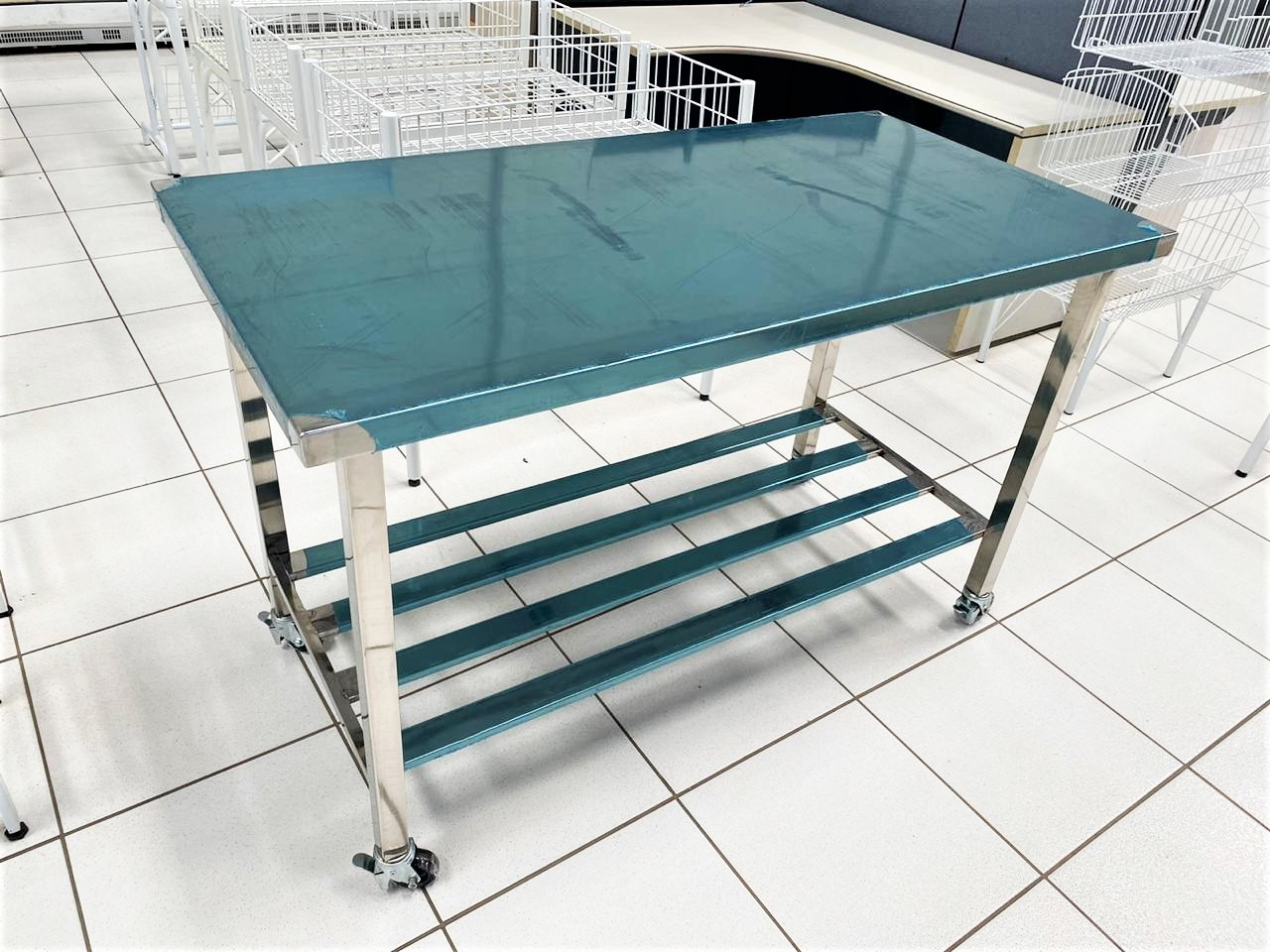Mesa Industrial Reforçada Aço Inox 124 X 70 X 77 Cm C/ Rodizio - Sob Medida