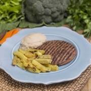 Hambúrguer de quinoa e cogumelos + Batata doce com alecrim + Homus (360g)