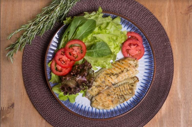 Salada Bowl Arco-íris com molho italiano + filé de Saint peter com ervas finas (300g)