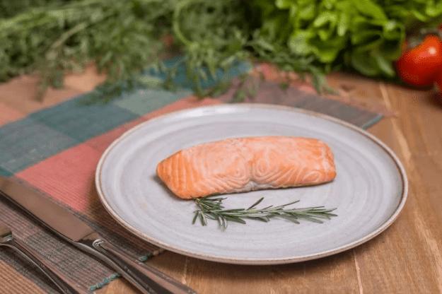 Salada Copo Delifresh com molho italiano + salmão grelhado (298g)