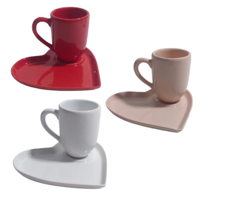 Xícara de chá com pires de coração em cerâmica