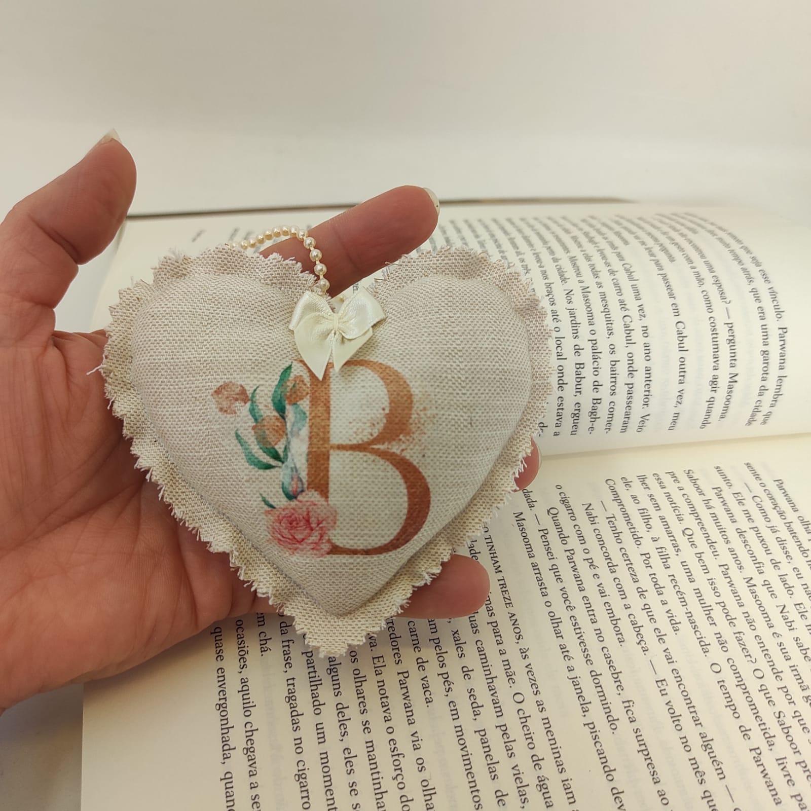 Lembrancinha Batizado Coração Personalizado com Inicial em Linho