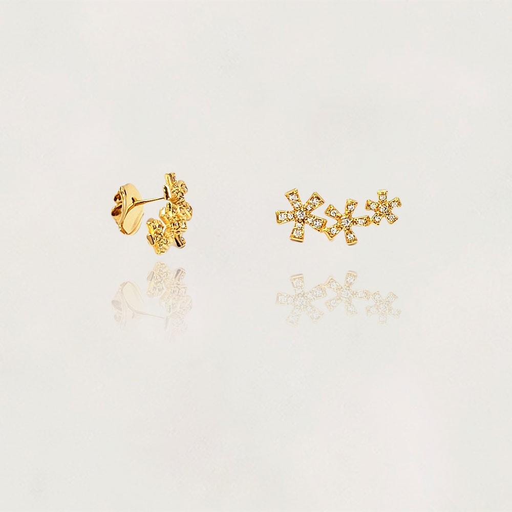 Brinco semi Jóia Flor Tripla com Zircônias Banhado a Ouro 18k Tamanho : 2.0 cm