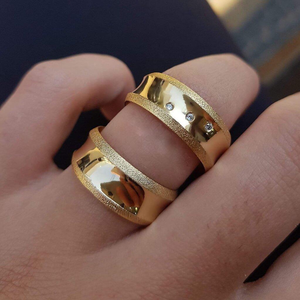 Alianças Côncavas em Ouro 18k com Detalhe e Pedra 8mm (Par)