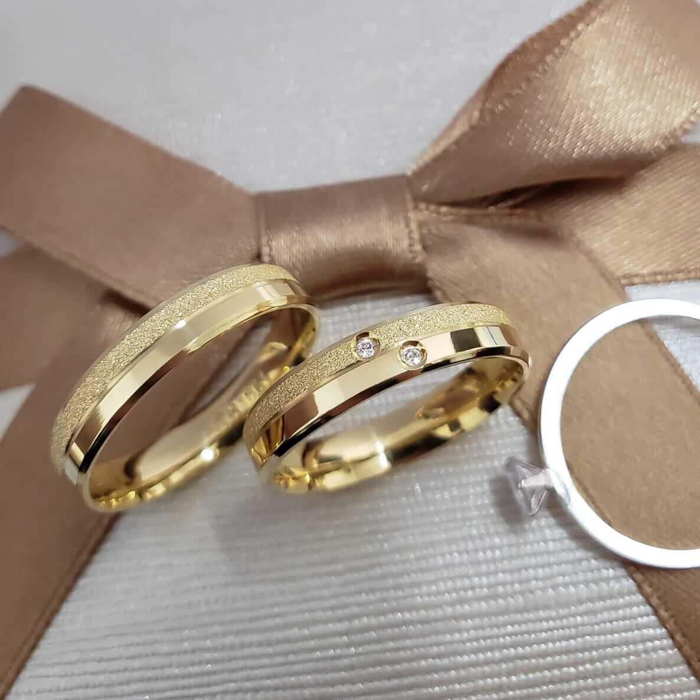 Alianças Heloisa em Ouro 18k com Detalha e Pedra 5mm (Par)