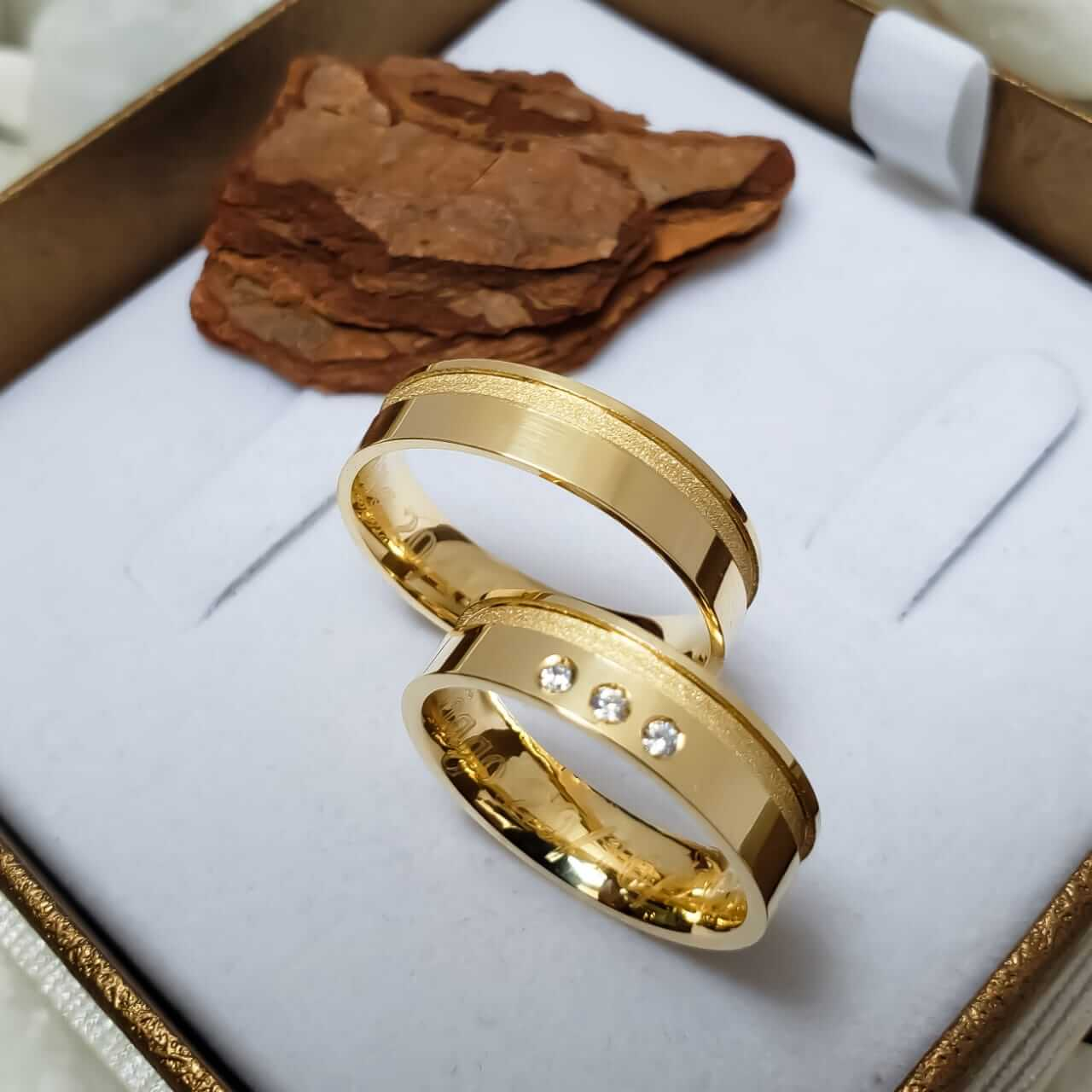 Alianças Jade em Ouro 18k com Detalhe e Pedra 6mm (Par)