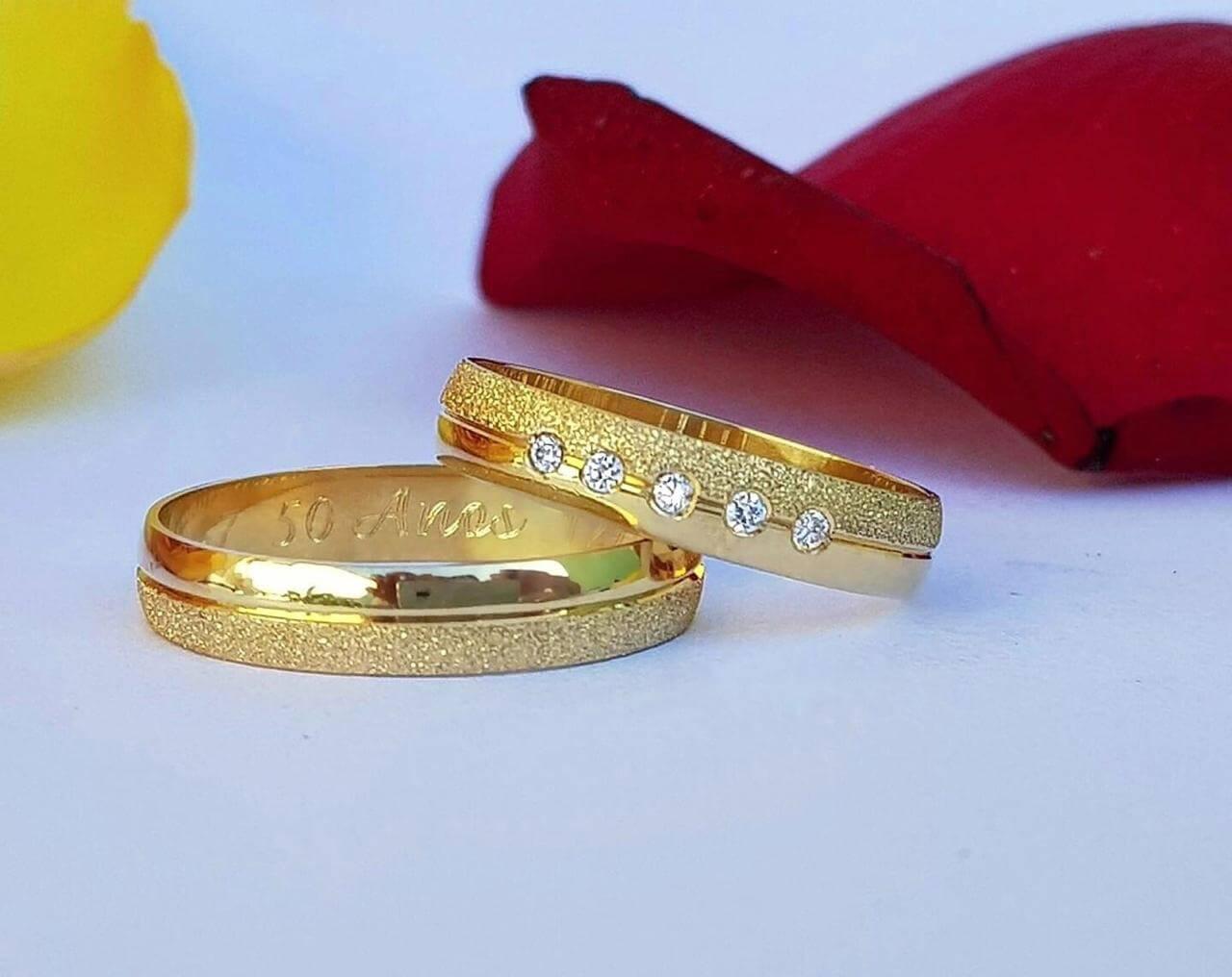 Alianças Tradicionais em Ouro 18k com Friso e 5 Pedras 3mm (Par)