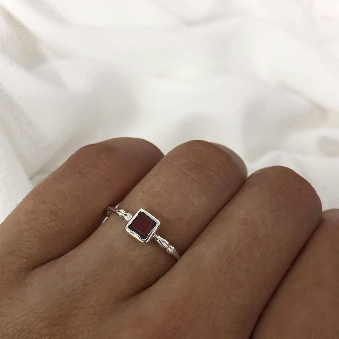 Anel Quadrado em Prata 925 Ruby Sintético