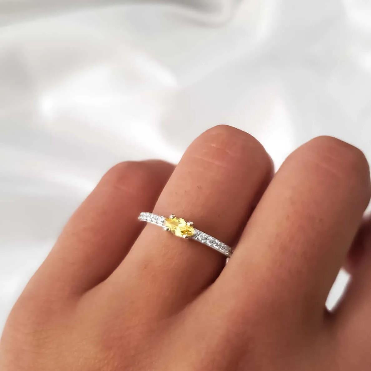 Anel Solitário Aro Cristais em Prata 925 (Cristal Dourado)