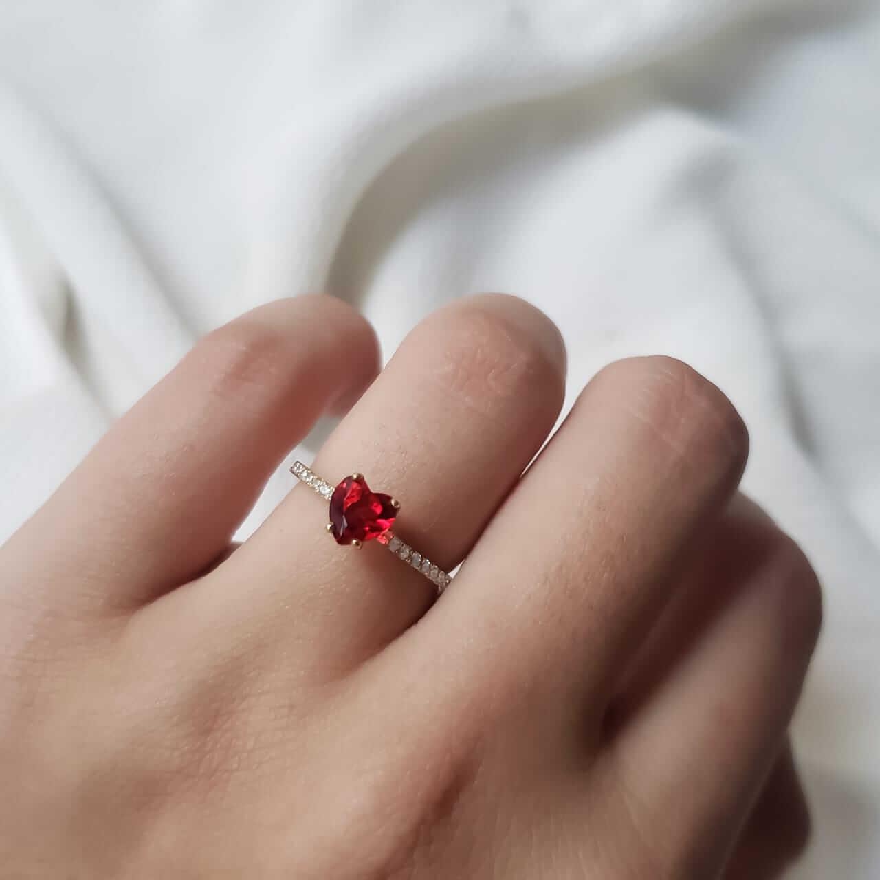Anel Solitário Ruby Coração em Ouro 18k