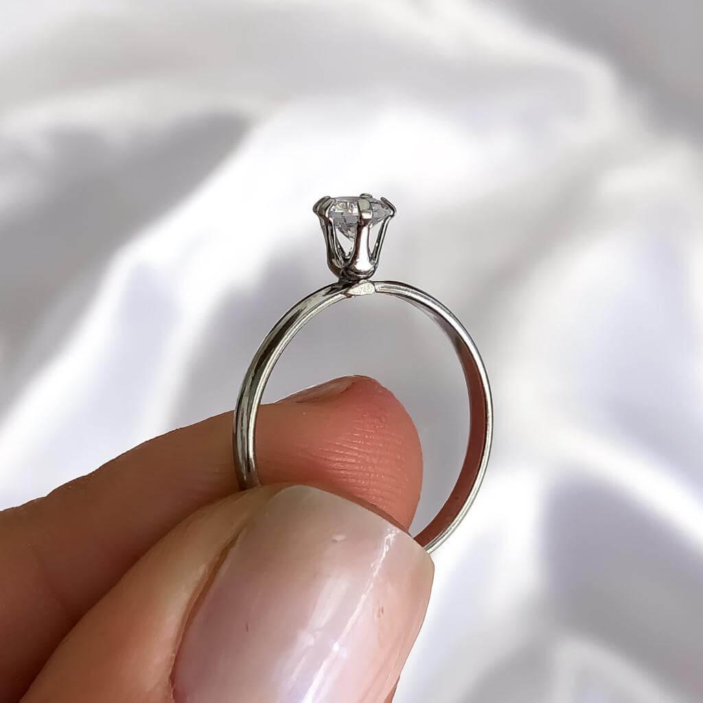 Anel Solitário Lóra em Aço Inox 4mm (Pedra baixa)
