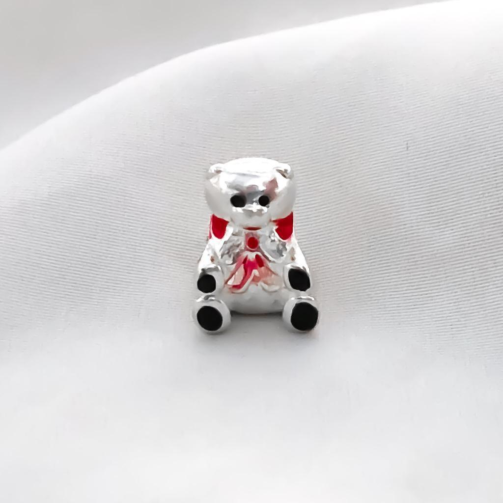 Berloque Urso com Laço Vermelho Banhado em Prata