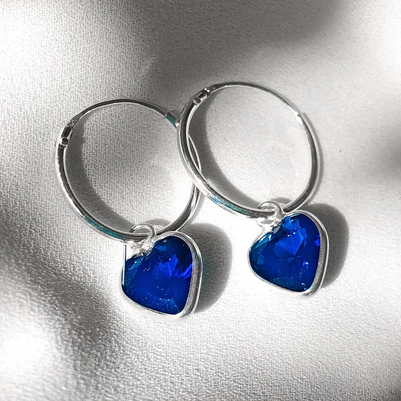 Brinco Argolinha com Coração Azul pendente em Prata 925